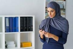 Überraschte moslemische Frauenblicke stockfotos