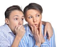 ?berraschte Mutter und Sohn auf wei?em Hintergrund lizenzfreies stockfoto
