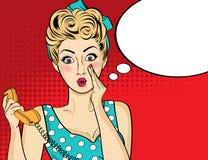 Überraschte Pop-Arten-Frau mit Retro- Telefon, das ihr Geheimnissen sagt lizenzfreies stockbild