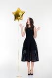 Überraschte Retro- angeredete Frau, die Hände weg vom Ballon nimmt Lizenzfreie Stockfotografie