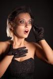 Überraschte Retro-art Frau im schwarzen Kleid, veill Lizenzfreies Stockfoto