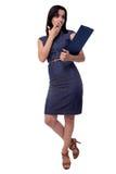 Überraschte schöne Geschäftsfrau mit einer Platte bedeckte ihren Mund in voller Länge lokalisiert auf weißem Hintergrund Stockfotografie