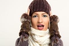 Überraschte Schönheit in der Winter-Kleidung Stockfoto