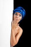 Überraschte Schönheit im blauen Schal Lizenzfreie Stockfotos