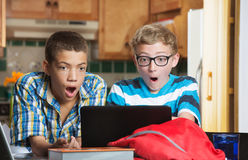 Überraschte Studenten, die Computer betrachten Stockbild