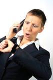 Überraschte und betonte Frau mit einem Telefon Lizenzfreies Stockbild