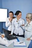 Überraschte und lachende Geschäftsfrau im Büro Stockfotografie