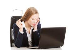 Überraschte und neugierige Geschäftsfrau kann nicht glauben, was sie sieht stockfoto