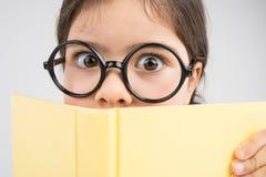 Überraschte und tragende Gläser des netten Mädchens Stockbilder