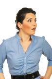Überraschte Unternehmensfrau, die schaut, um mit Seiten zu versehen Stockfoto