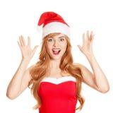 Überraschte Weihnachtsfrau in einem Sankt-Hutlächeln lizenzfreie stockfotos