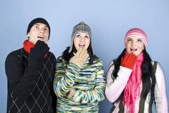 Überraschte Winterleute, die oben schauen Lizenzfreies Stockfoto