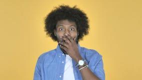 Überraschter afroer-amerikanisch Mann im Schock auf dem gelben Hintergrund, wundernd stock footage