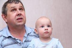 Überraschter alter Mann und sein Enkel Lizenzfreies Stockfoto