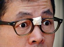 Überraschter asiatischer Sonderling in den Gläsern lizenzfreie stockfotos