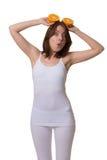 Überraschter Blick der Frau mit halben Orangen über dem Kopf Stockfotos