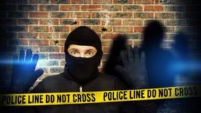 Überraschter Einbrecher gestoppt wegen des blauen Polizeilichtes Stockfotos