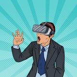 Überraschter Geschäftsmann in den Schutzbrillen der virtuellen Realität Pop-Art Lizenzfreie Stockfotografie
