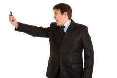 Überraschter Geschäftsmann, der auf Handy kreischt Lizenzfreie Stockfotografie