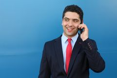 Überraschter Geschäftsmann, der gute Nachrichten am Telefon erhält stockbild