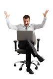 Überraschter Geschäftsmann, der Laptop betrachtet Stockfoto