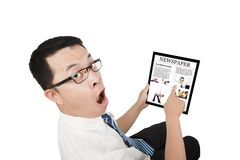 Überraschter Geschäftsmann unter Verwendung eines Notenauflage-PC Stockbild