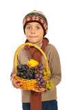 Überraschter Herbstjunge mit Trauben Stockfoto