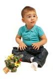 Überraschter Junge, der oben schaut Stockfotografie