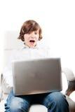 Überraschter Junge mit Computer Lizenzfreie Stockbilder