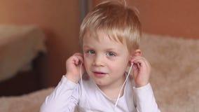 Überraschter Junge mit Kopfhörern hörend Musik stock video footage
