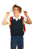 Überraschter Junge mit Notizbuch auf Kopf Stockfotografie