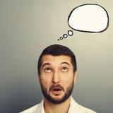 Überraschter junger Mann mit Spracheblase Lizenzfreie Stockfotografie