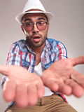 Überraschter junger Modemann, der die Kamera betrachtet Lizenzfreie Stockbilder