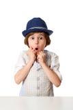 Überraschter kleiner Junge im Hut Lizenzfreie Stockfotografie