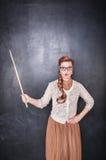 Überraschter Lehrer mit Zeiger stockfotografie