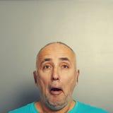Überraschter Mann über grauem Hintergrund Stockbild