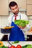 Überraschter Mann an der Küche Lizenzfreies Stockbild