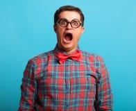 Überraschter Mann im Hemd Stockbilder