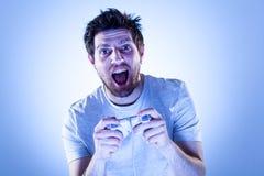 Überraschter Mann mit Gamepad Stockfotografie
