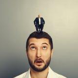 Überraschter Mann mit kleinem glücklichem Mann Lizenzfreie Stockfotografie