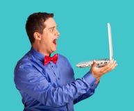 Überraschter Mann mit Laptop Stockfotografie