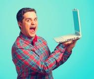 Überraschter Mann mit Laptop Lizenzfreies Stockbild