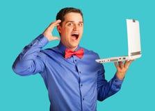 Überraschter Mann mit Laptop Lizenzfreies Stockfoto