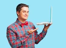 Überraschter Mann mit Laptop Stockfotos