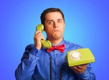 Überraschter Mann mit Telefon Stockfoto