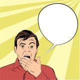 Überraschter Mann schließt seinen Mund mit den Händen Stockfoto