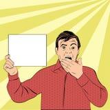 Überraschter Mann schließt seinen Mund mit den Händen Stockfotografie