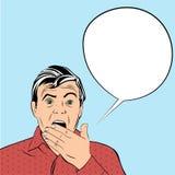 Überraschter Mann schließt seinen Mund mit den Händen Lizenzfreie Stockfotos