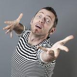 Überraschter Mittelaltermann, der mit Hoffnung in Richtung zu einem unzugänglichen Ziel zielt Lizenzfreie Stockfotografie
