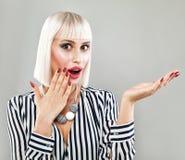 Überraschter Mode-Modell-Woman Showing Empty-Kopien-Raum Stockbilder